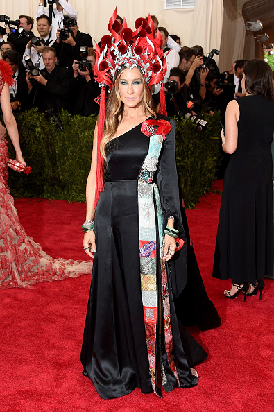 Sarah Jessica Parker in a custom made H&M dress, Philip Treacy headpiece and Cindy Chao jewelry.