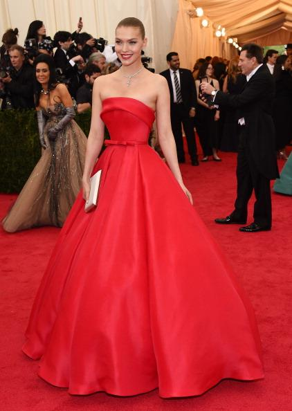 Model Arizona Muse is everything in this strapless red Ralph & Russo gown. Perfection.