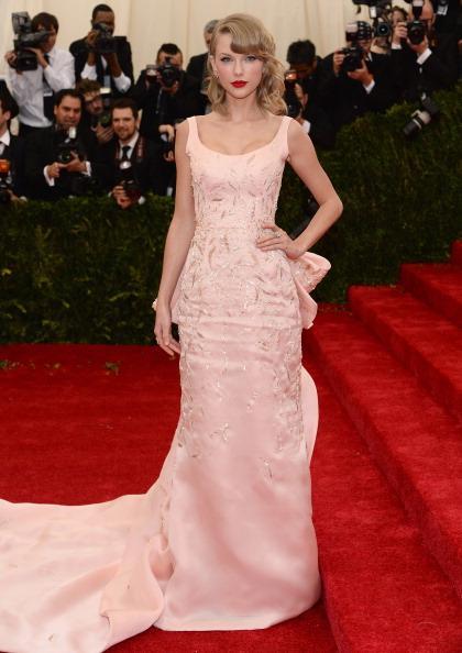 Taylor Swift is pretty in pink wearing an Oscar de la Renta gown.